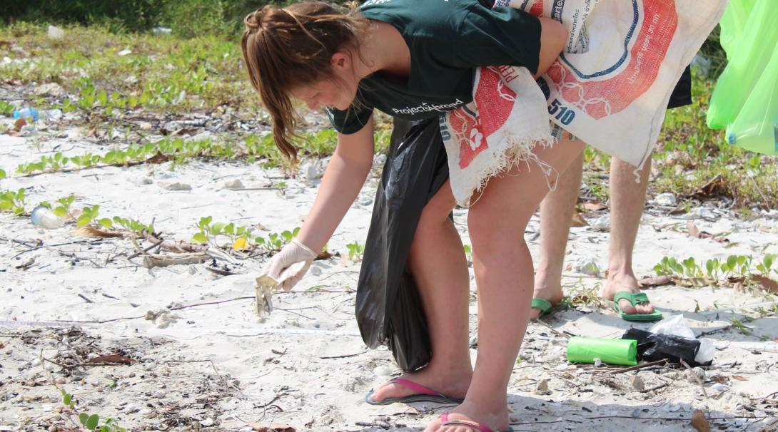 Project Abroads marinvårdsvolontärer städar en strand i Thailand